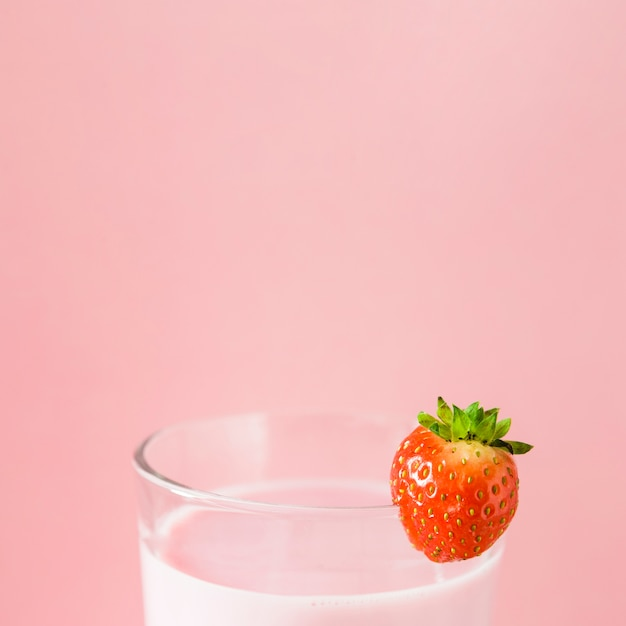 Nahaufnahme des rosa milchshakes mit erdbeere Kostenlose Fotos