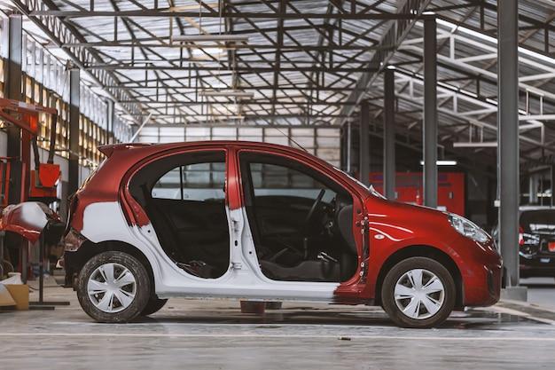 Nahaufnahme des roten autos, das auf das neulackieren mit weichzeichner wartet Premium Fotos