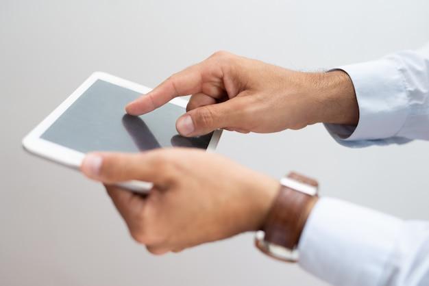 Nahaufnahme des rührenden bildschirms des beschäftigten mannes mit dem finger Kostenlose Fotos