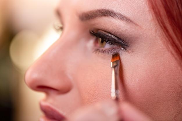 Nahaufnahme des schönen junge frauen-gesichtes mit schönheits-make-up Premium Fotos