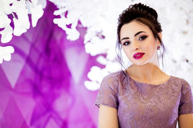 Nahaufnahme des schönen mädchens im brautjungfernkleid Premium Fotos