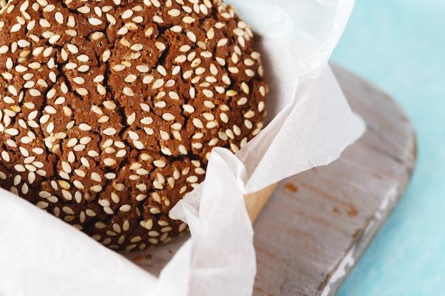 Nahaufnahme des schokoladenplätzchens mit indischem sesam Premium Fotos