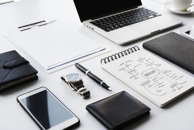 Nahaufnahme des schwarzweiss-briefpapiers auf weißer tabelle Premium Fotos