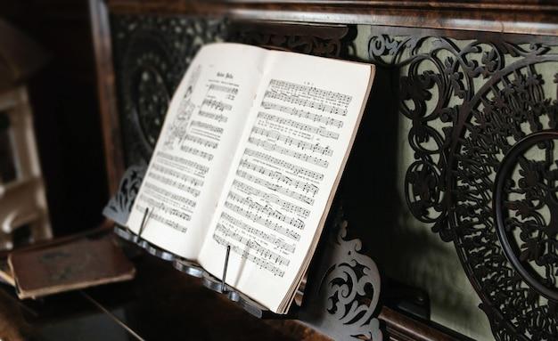 Nahaufnahme des schwarzweiss-notenblatts auf dem klavier Kostenlose Fotos