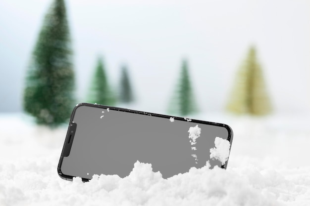 Nahaufnahme des smartphones im schnee Premium Fotos