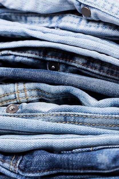Nahaufnahme des stapels der jeans Kostenlose Fotos