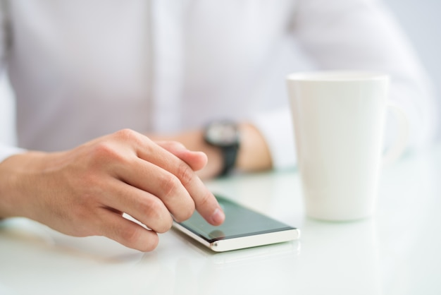 Nahaufnahme des touch screen des geschäftsmannes des smartphone Kostenlose Fotos