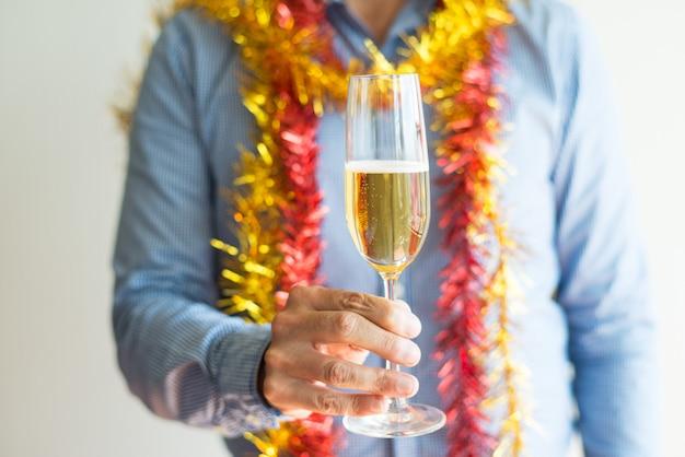 Nahaufnahme des unerkennbaren mannes, der volle champagnerflöte hält Kostenlose Fotos