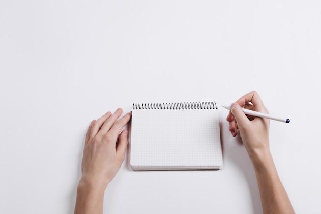 Nahaufnahme des weiblichen handschriftstiftes in einem leeren notizbuch Premium Fotos