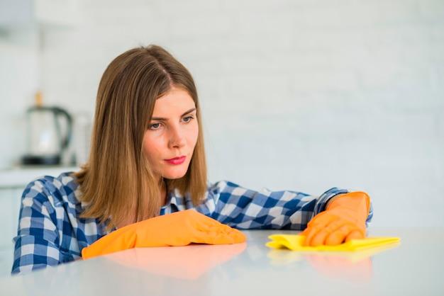Nahaufnahme des weißen schreibens der jungen frau mit gelber serviette Kostenlose Fotos