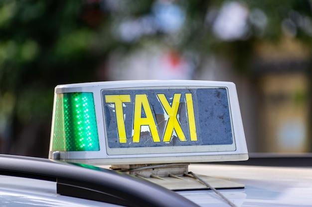 Nahaufnahme des zerbrochenen taxischildes, das am dach eines autos angebracht wird Kostenlose Fotos