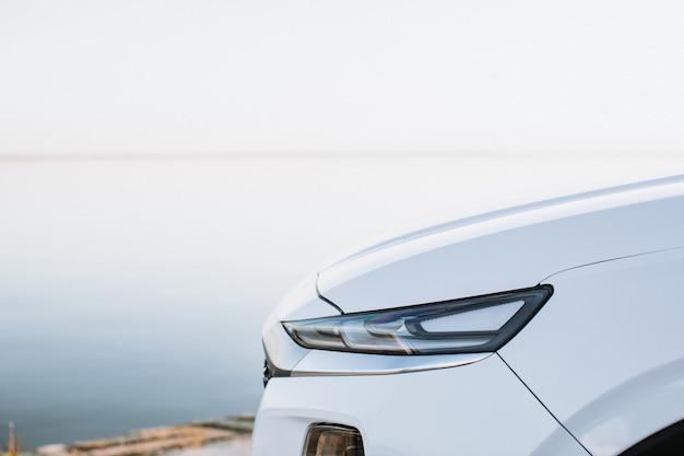 Nahaufnahme detail auf einem der modernen autos der led-scheinwerfer. Premium Fotos