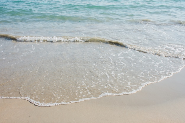 Nahaufnahme details von kleinen meereswellen, die am strand an land weht Premium Fotos