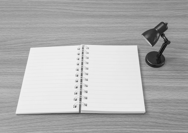 Nahaufnahme ein anmerkungsbuch mit kleiner lampe auf schreibtisch Premium Fotos