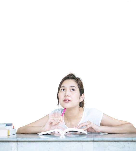 Nahaufnahme eine frau mit denkendem gesicht mit einem buch auf der marmortabelle lokalisiert auf weißem hintergrund Premium Fotos