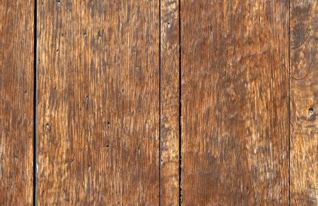 Nahaufnahme einer alten getäfelten holztür; rostig und verwittert. holz textur hintergrund Premium Fotos