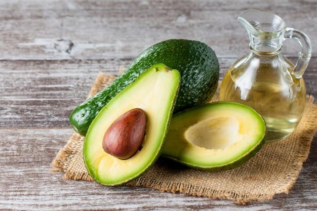 Nahaufnahme einer avocado und des avocadoöls Premium Fotos