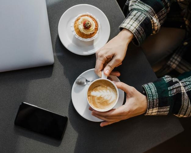 Nahaufnahme einer frau, die eine kaffeepause genießt Kostenlose Fotos