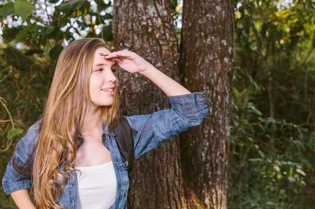 Nahaufnahme einer glücklichen jungen frau, die ihre augen abschirmt Kostenlose Fotos