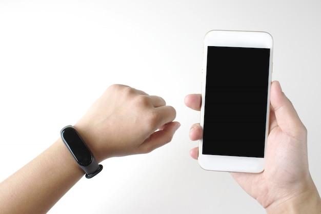Nahaufnahme einer intelligenten digitalen armbanduhr auf einem handgelenk. frauen sind bereit, ein handy zu halten. Premium Fotos