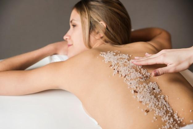 Nahaufnahme einer jungen frau, die peelingbehandlung im badekurort hat Kostenlose Fotos