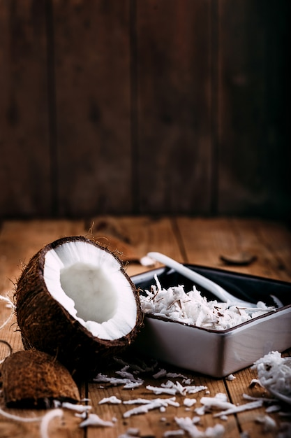 Nahaufnahme einer kokosnuss auf holz Premium Fotos