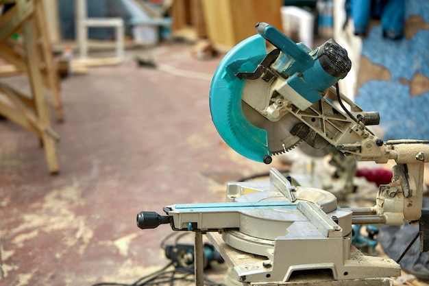 Nahaufnahme einer laserkreissäge auf einer baustelle. produkte haus und garten und produktion. bauwerkzeug. Premium Fotos