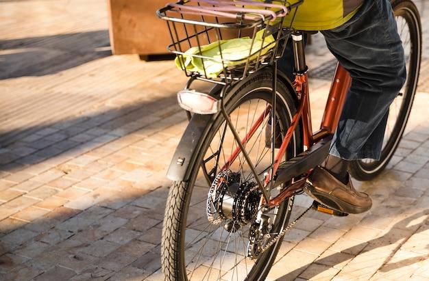 Nahaufnahme einer person, die fahrrad auf straße fährt Kostenlose Fotos