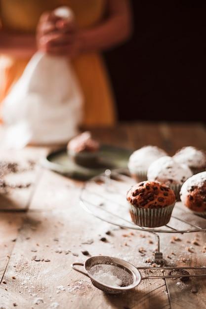 Nahaufnahme einer person, die schokoladenmuffins zubereitet Kostenlose Fotos