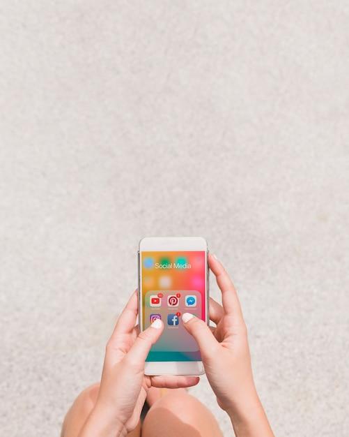 Nahaufnahme einer person, die social media-anwendung auf mobiltelefon verwendet Kostenlose Fotos