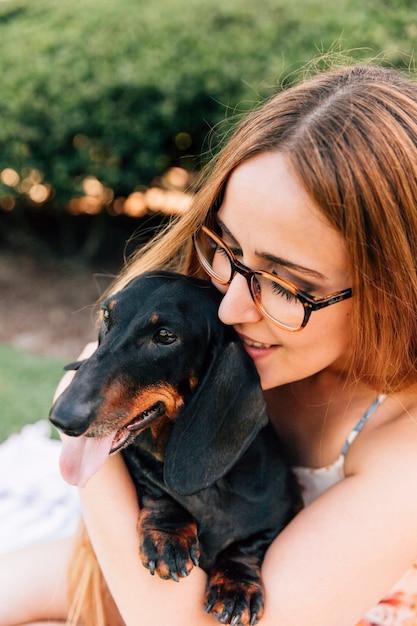 Nahaufnahme einer schönen jungen frau mit ihrem hund