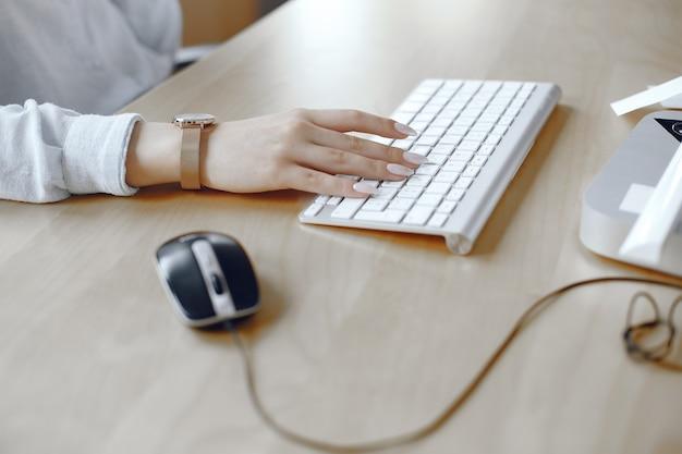 Nahaufnahme einer weiblichen hände beschäftigt, die auf einem laptop tippt. frau im büro. Kostenlose Fotos