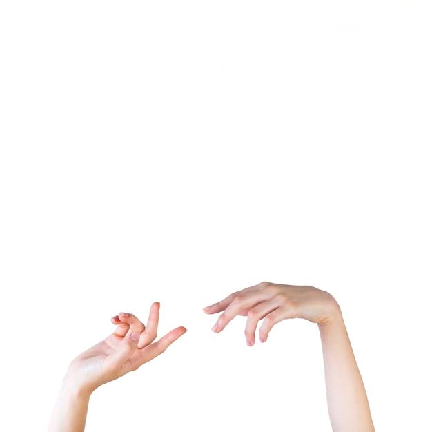 Nahaufnahme einer weiblichen hand, die auf weißen hintergrund gestikuliert Kostenlose Fotos