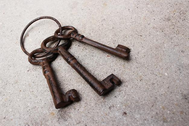 Nahaufnahme eines alten schlüssels der weinlese auf dem boden Kostenlose Fotos