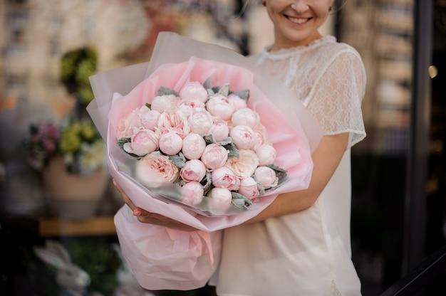 Nahaufnahme eines blumenstraußes mit rosa pfingstrosen Premium Fotos