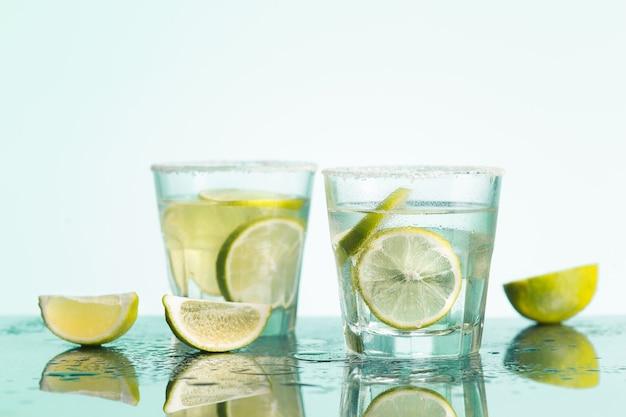 Nahaufnahme eines cape cod cocktails oder einer wodka cranberry Kostenlose Fotos