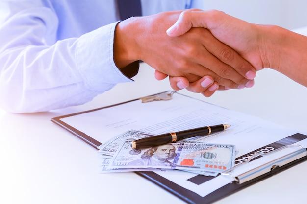 Nahaufnahme eines festen händedrucks zwischen zwei kollegen, nachdem ein vertrag unterzeichnet wurde Premium Fotos