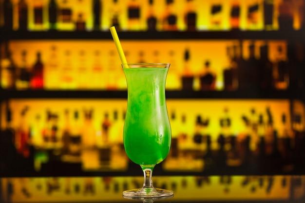 Nahaufnahme eines frischen grünen cocktails im eleganten glas Kostenlose Fotos