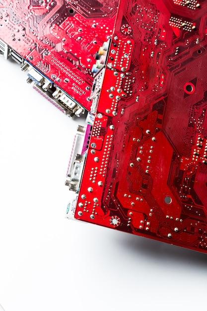 Nahaufnahme eines gedruckten roten computer-platine Premium Fotos