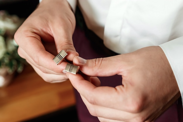 Nahaufnahme eines geernteten rahmens der hand eines mannes in einem anzug, weißes hemd. Premium Fotos