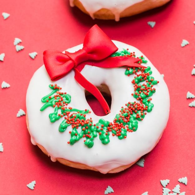 Nahaufnahme eines geschmackvollen donuts verziert als weihnachtskranz Kostenlose Fotos