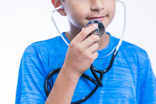 Nahaufnahme eines jungen, der stethoskop hält Kostenlose Fotos