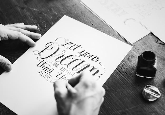 Nahaufnahme eines kalligraphen, der an einem projekt arbeitet Kostenlose Fotos