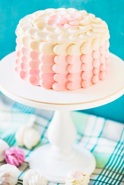 Nahaufnahme eines köstlichen Kuchens auf cakestand | Download der ...