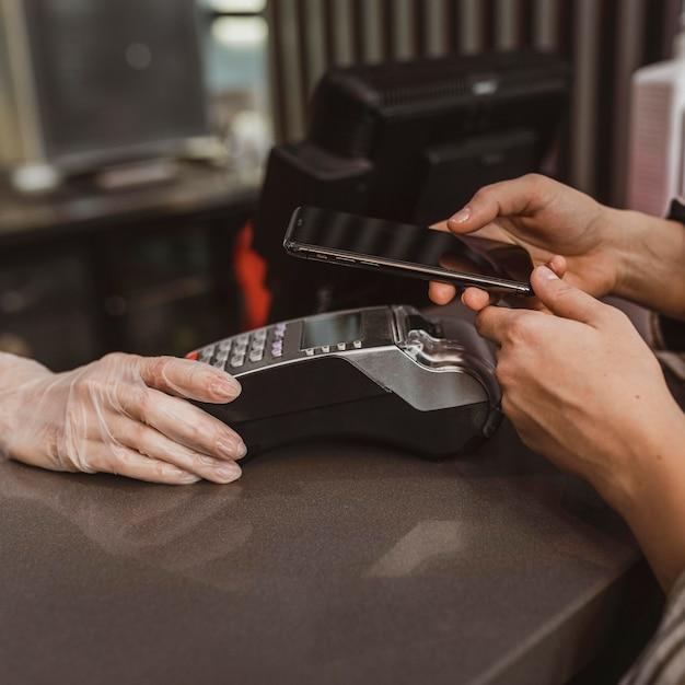 Nahaufnahme eines kunden, der ihre kaffeerechnung bezahlt Kostenlose Fotos