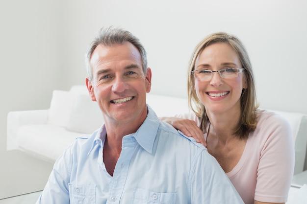 Nahaufnahme eines liebevollen paares im wohnzimmer Premium Fotos