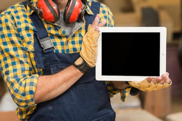 Nahaufnahme eines männlichen tischlers, der digitale tablette in seiner hand zeigt Kostenlose Fotos