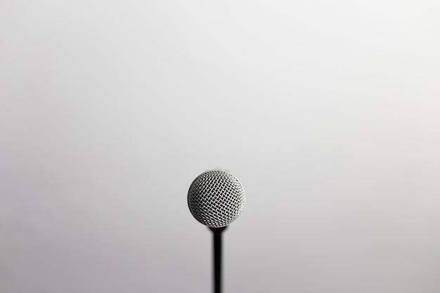 Nahaufnahme eines mikrofons vor der kamera Premium Fotos