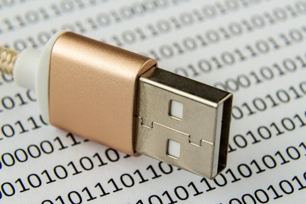 Nahaufnahme eines usb-kabels auf einem stück papier mit darauf geschriebenen zahlen und codes Kostenlose Fotos
