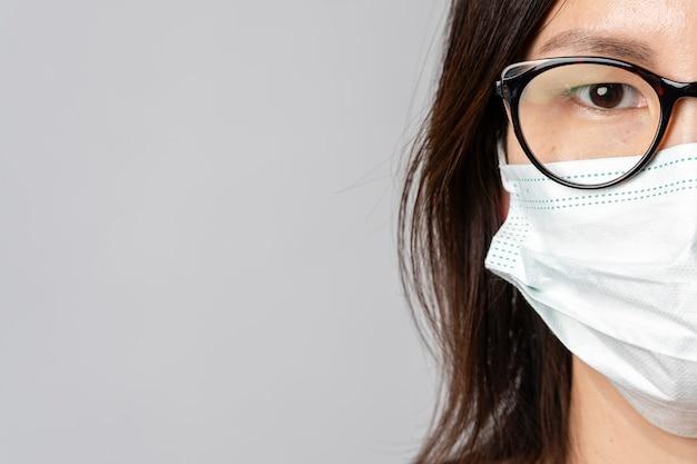 Nahaufnahme erwachsene frau, die chirurgische maske trägt Kostenlose Fotos